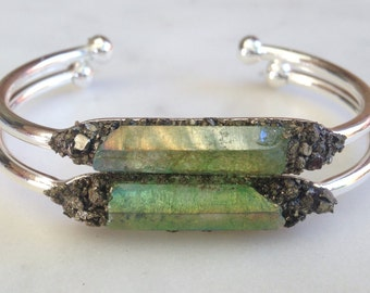 Green Bracelet, boho jewelry, apple quartz bracelet, raw crystal accessories, green stone bangle, crushed gemstone bracelet, Boho stone cuff