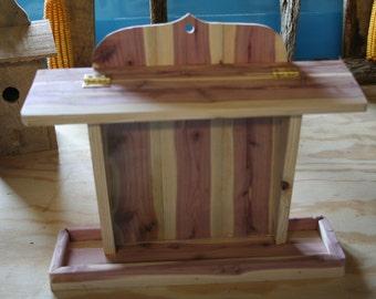Plexiglas front cedar bird feeder