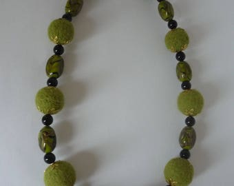 Green necklace with beads of wool and vintage glass