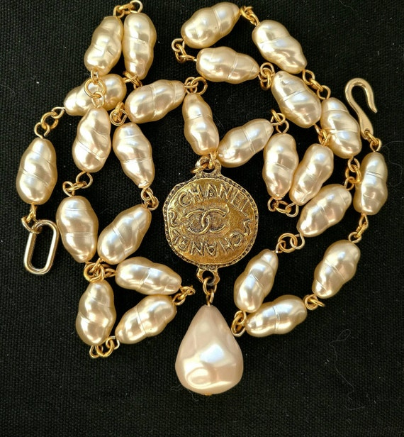 Vintage glass creme tone baroque pearl beads collier / necklace with a very nice vintage designer connector