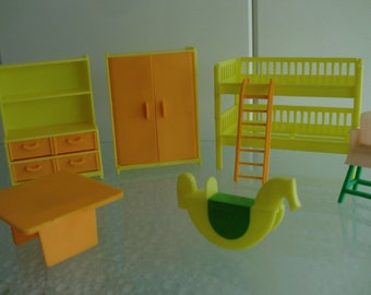 Dollhouse furniture plastic yellow orange poppenhuis meubilair + hobbelpaard