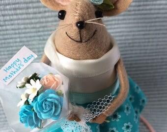 Mini mouse celebration novelty with rose bouquet