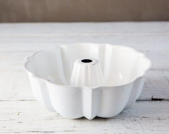 Small White Metal Bundt Pan-Food Photography Prop