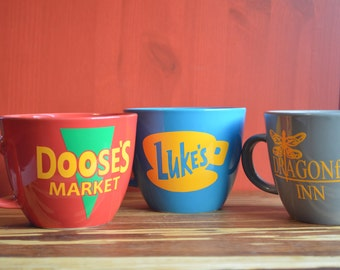 Stars Hollow Collection. Luke's Diner, Doose's Market, Dragonfly Inn Coffee Mugs. Gilmore Girls Mugs. Gilmore Girls gift set.