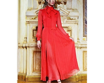 Veil dress with scarf-collar and slit on the skirt.
