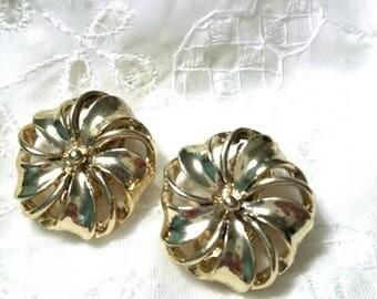 Lisner gold  clip on vintage earrings