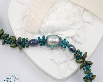 Matt iridescent blue/green flower pattern bracelet, pearls of water sweet/Flower bracelet blue / green iridescent mast and freshwater pearls