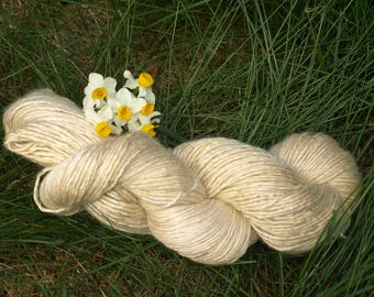 Plant-dyed noble Wick yarn from wool and silk