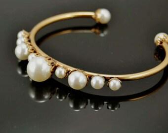 2017023# FEMININE MODISH_ Vintage Pearl Golden Bangle