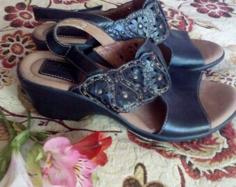 """Vintage womens leather new  sandals """"clarks""""with heels."""