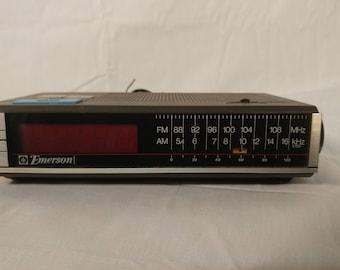 Vintage Emerson FM/AM Alarm clock radio in GREAT working order