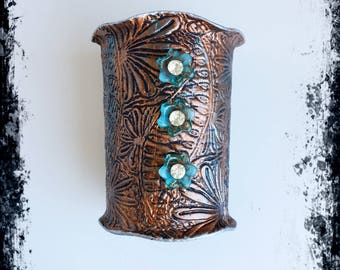Tall cuff bracelet with 3 flowers