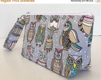 CLEARANCE wristlet,  makeup bag , cosmetic bag,  Owls, clutch purse,  zipper pouch, deesdeezigns1 (559)