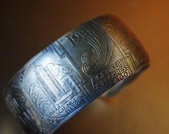 Souvenir vintage 30, silver tone metal , ligth bangle bracelet with a Chicago scene. Size Small.