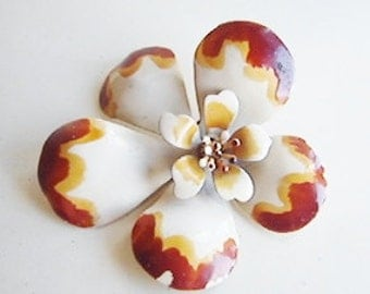 Vintage 1960s white  and brown mod flower brooch (GG1)