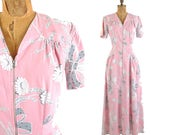 "40s daisy floral bouquet and ribbon novelty print dress / pink gray and white dressing gown / 1940s zipper front hostess dress / 32"" waist"