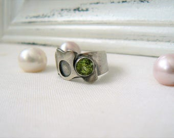Oxidized Sterling Silver Ring with a round 6 mm Peridot Gemstone - Jewelry 925 - Size 7