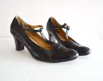 LEATHER MARY JANES Black Mary Jane Pump. T Strap Ankle Medium Heel. Wingtip Toe Stitching. Vintage 90's Leather Pumps size - 9