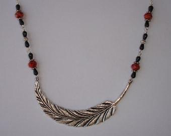 Necklace - Collier court large plume et perles  en verre à facettes orange et agate noire