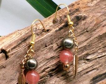 Boucles d'oreilles quartz//rose//plume or//pyrite//amérindien//pink quartz earrings//gold feathers