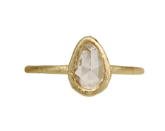 Icy peachy pink pear sapphire ring. 18k. August