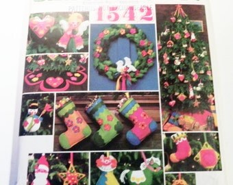 Holiday Christmas Decorations Ornaments Stocking Wreath Tree skirt crafts sewing pattern Vogue 1542 Santa Pack IV uncut FF