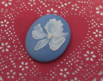 Retro Blue & White Lily Ceramic Bolo Center