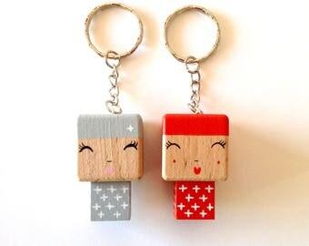 Porte-clés Figurine cubique Poupée kokeshi motif croix - peinte à la main