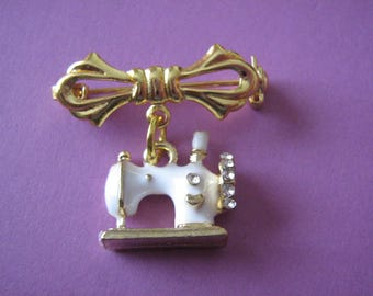 Sewing Machine Brooch Sewing Pin Seamstress Gift Dressmaking Brooch Dressmakers Gift SMALL Sewing Machine Charm Sister Friend Mother Gifts