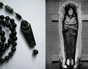 Handgeknoopte ketting van zwarte Onyx met Egypt revival hanger  van na 1922