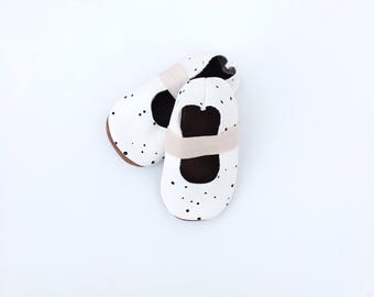 ballet flats / Baby shoes / soft soled shoes / baby shoes / moccs / baby moccasins / white with mini dots