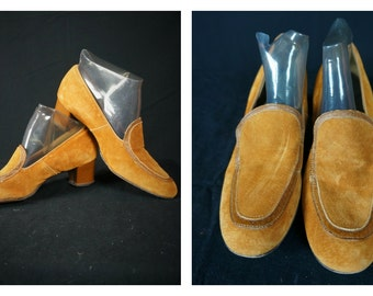60s MOD Hush Puppy Loafers Sz 8 M / Vng 60s Hippie Suede Shoes / 70s Boho Shoes / 60s Gold Suede Slip On Loafers / Vng Low Heel Suede Shoes