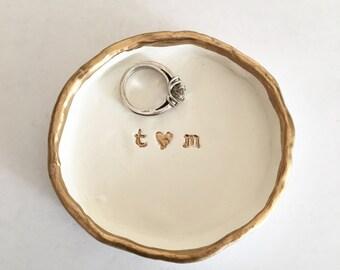 Anneau plat, plat de la bague en argile, cadeau de mariage, cadeau d'anniversaire, plat de sonnerie personnalisée, cadeau nuptiale de douche, support de bague, porte-bijoux, cadeau pour