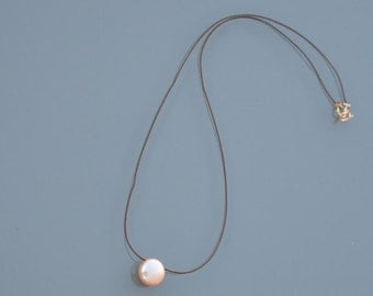 ZOUX082 Choker minimalist Brown silk - pale pink natural Pearl button pendant - 14K Gold-filled wire