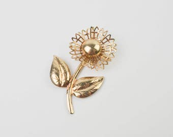 Vintage 1960s Gold Tone Daisy Flower Brooch Pin Button Mod Retro Kitsch Metal