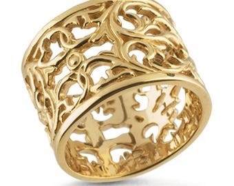 14-karat yellow gold ring features an ornate open filigree design