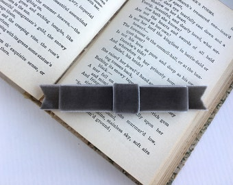 Gray Velvet Bow Hair clip.Gray Velvet Bow Hair Comb.Grey Velvet Bow Hair Piece.Medium Gray Velvet Bow.Gray Wedding Headpiece.Bridesmaid