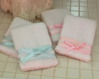 Miniature Towel Set, Bath Towels Set of 4 White Towels with Blue and Pink Ribbon, Dollhouse Miniatures, 1:12 Scale, Dollhouse Accessories