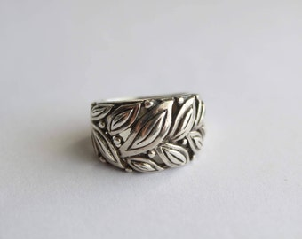 Sterling Silver Ring beautifully decorated with olive leaves - Size 5 1/2