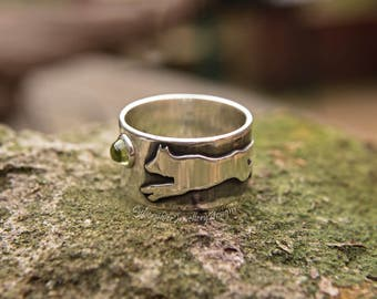 Man's ring, silver wolf ring, wolf silver ring, peridot, chunky ring, handmade ring, size X 1/2, size 12, UK Hallmark, August birthstone