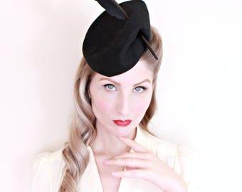 1940s Vintage Hat / 40s Tilt Hat / For the Artist / Black Felt / Sculptural / Feather Hat / PRISTINE