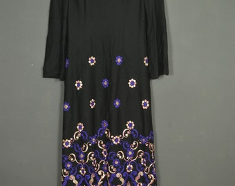 Vintage 70s maxi-dress with embroidered flowers - long sleeves and crew neck