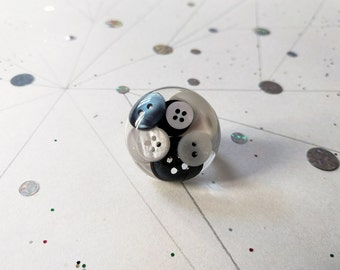 Ring war of the button - black & white pearly