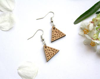 Memphis earrings in wood, triangle shape and confetti pattern inspired by 80's design, geometric jewelry, natural jewel, pendant earing