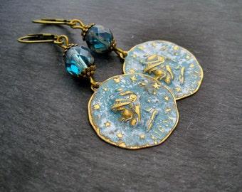 Coin earrings denim patina brass teal czech glass beads Ohrringe vintage Patina blau Ohrringe Münze bronze blau antik