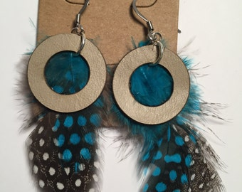 Leather earring with beige and teal feathers
