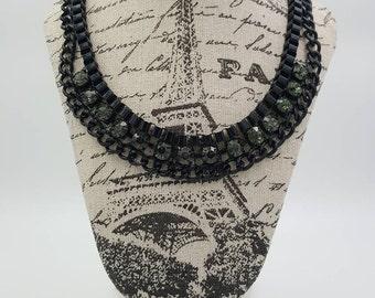 Collier plastron avec strass gris ou noirs