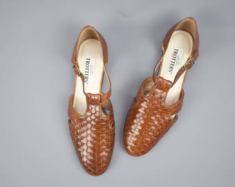 Vintage 90's Brown Leather Woven T-Strap Flats / 1990's Leather Sandals / Trotters / Women's US Size 10