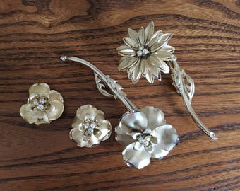 Lot of Vintage of Gold Metal Flower Brooches and Earrings  1197