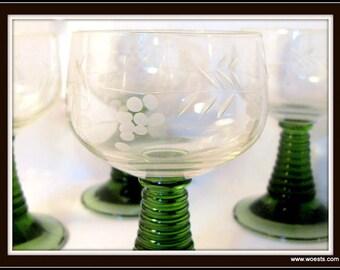 Set bestaande uit twee vintage wijnglazen / gegraveerde glazen gemaakt van glas. Retro Frans glaswerk met groen glas en gravures.